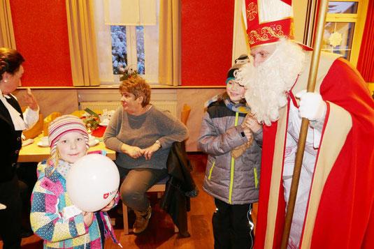 Der Nikolaus beschenkt mit Feingefühl die Kinder