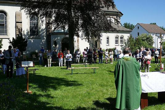 Foto mit Teilnehmern an der Hl. Messe am 13.06.21 in Pastors Garten