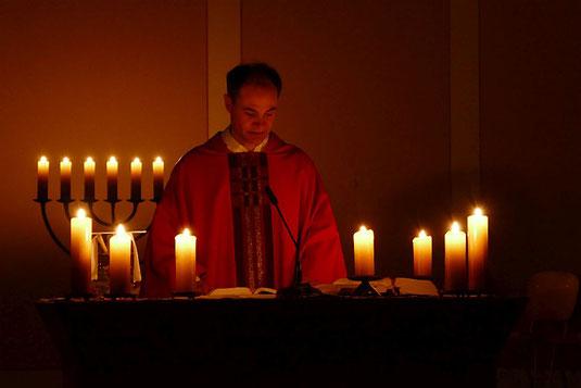 Pfarrer Holger Schmitz zelebriert um 6.00 Uhr in der Frühe die Roratemesse