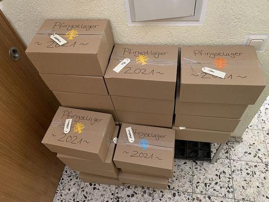 """Foto von Kartons mit Material fürs """"Pfingstlager at home"""""""