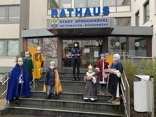 Foto mit den Sternsingern und Bürgermeisterin Sabine Noll auf der Rathaustreppe