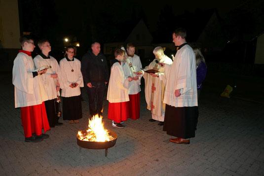 Bereitung der Osterkerze auf dem Kirchplatz