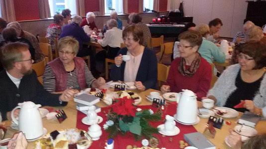 Anregende Gespräche beim Kaffeetrinken während der Adventsfeier