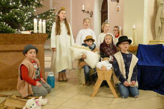 Maria und Josef mit dem Kind in der Krippe, zwei Hirten und drei Engel