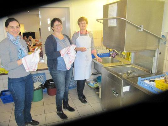 Fleißige Helferinnen bei der Spül-Arbeit in der Küche
