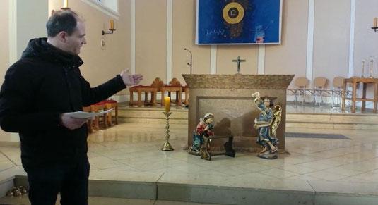 Pfarrer Holger Schmitz weist auf Maria und den Verkündigungsengel hin