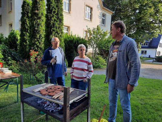 Eheleute Nüllig und GR-Vorsitzender Th. Fröschke (v. l.) hinter dem Grill