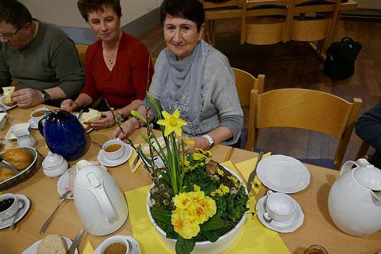 Ein herrlicher Frühlings-Blumengruß auf dem Frühstückstisch nach der Frühmesse