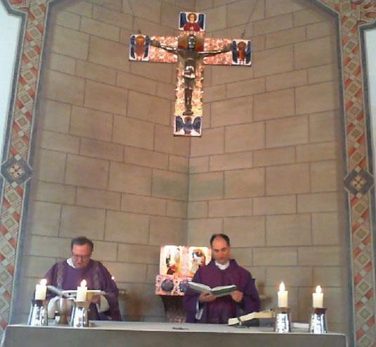 Pfarrer Holger Schmitz (r.) und Diakon Thomas Becker am Ende der Messfeier