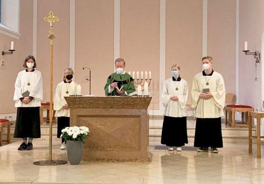 Marie L., Klara G., Pastor Hesse, Franziska und Benedikt Sch.  (v. l.)