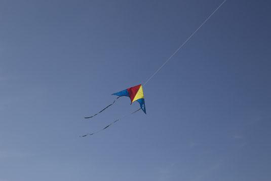 Drachen am blauen Himmel