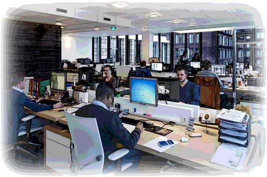 Die hohe Lärmbelastung in Büros kann mit Akustikelementen deutlich gesenkt werden.