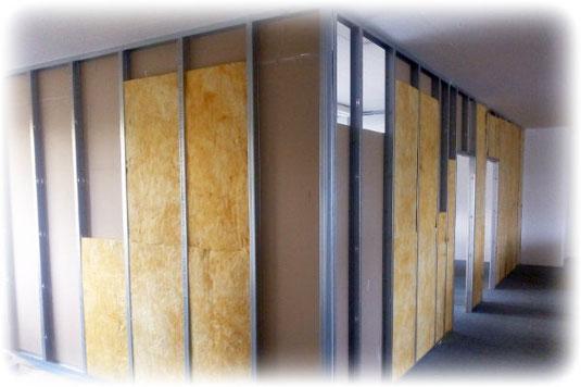 Schallschutz wird in Wänden durch Einbringen von porösem Material erreicht.