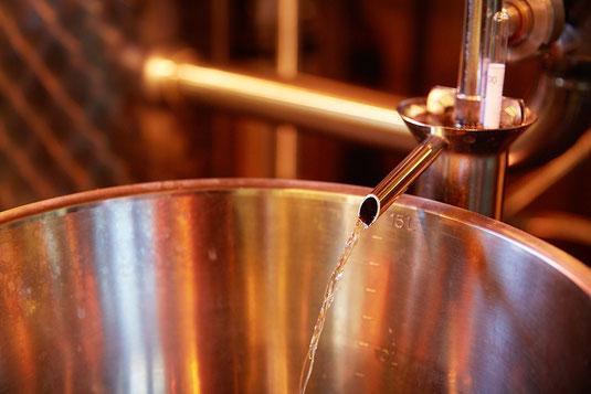 Brennvorgang und Gin mischen bei Degustationen und Führungen in der Destillerie