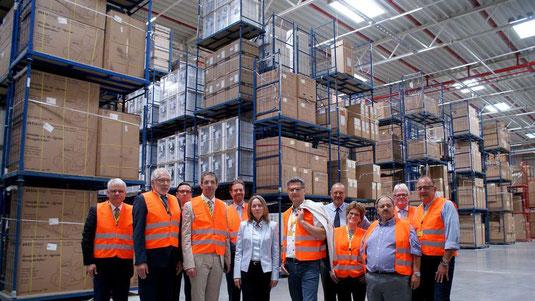 Besichtigten die neuen Hallen bei DHL in Mecklar: Die Vertreter der Kommunen und des Landkreises sowie der Wirtschaftsförderung. © HZ/Maaz