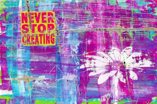 Kunterbunte Wand mit Graffiti. Aufschrift: Never stop creating