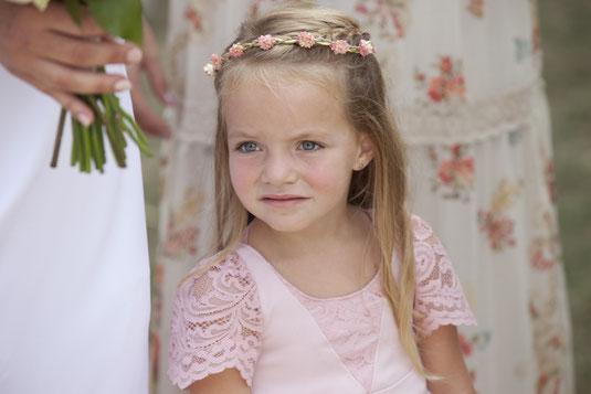 robe-de-fête-fillette-grenoble-crêpe-rose-pale-détails-en-dentelle-rose-sur-mesure-emmanuelle-gervy