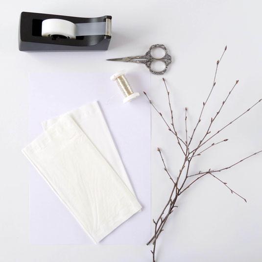 Material zum Basteln: Papiertaschentücher, Birkenäste, Schere, Silberdraht, Klebstreifen
