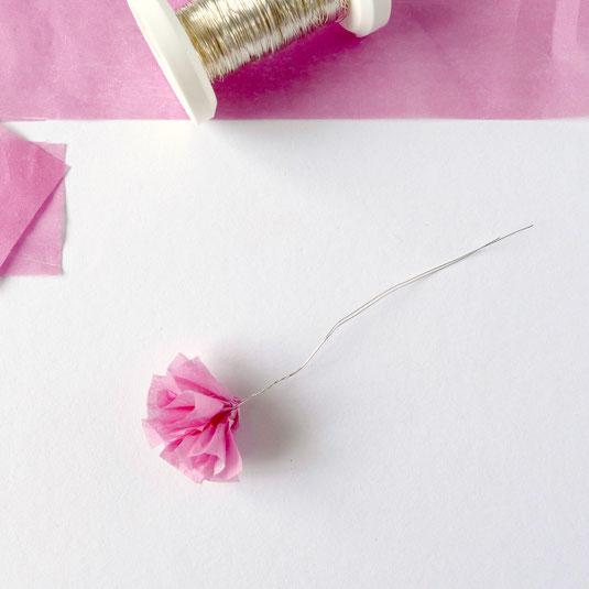 Blüten aus rosa Papiertaschentuch gefaltet mit Silberdraht zum Befestigen