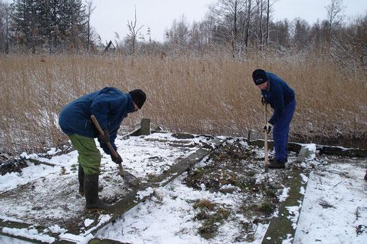 Reparaturarbeiten am Floß (Foto: Pit Brützel)
