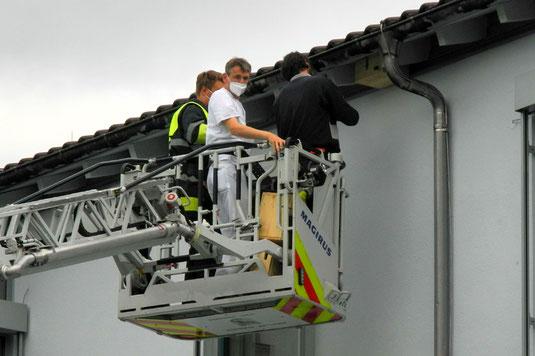 Anbringen der Mauerseglerkästen mkt Hilfe der FFW Starnberg (Foto: Horst Guckelsberger)