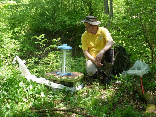 Klaus Gottschaldt und eine Lichtfalle für nachtaktive Schmetterlinge