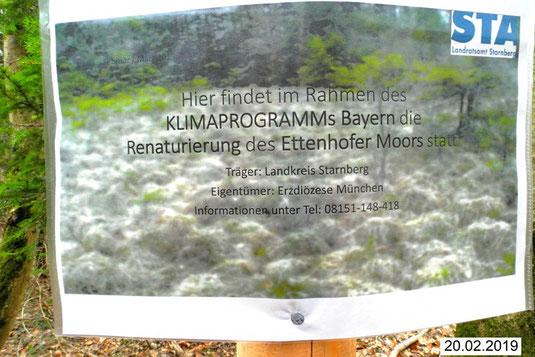 Mit diesen Schildern weist Starnbergs untere Naturschutzbehörde auf einen höchst erfreulichen Baubeginn hin – die Renaturierung des Ettenhofer Mooses.