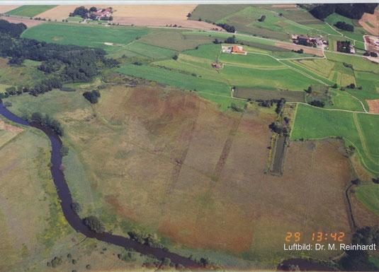"""Luftbild: Südost-Teil des Ampermooses von Westen mit Amper und dem Inninger Bach (links oben) sowie dem """"Langen Weiher"""". Das LBV-Grundstück liegt nördlich (links) des """"Langen Weihers"""""""