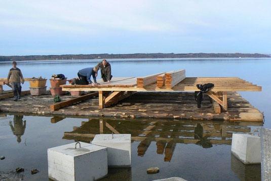 Neubau des Flussseeschwalbenfloßes (Foto: LBV Starnberg)