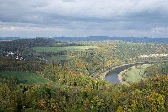 Blick von der Feste Königstein auf den Ilsenberg, die Elbe und Königstein. Bei dem Himmel habe ich natürlich etwas nachgeholfen. Künstlerische Freiheit 😉
