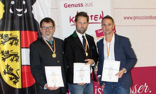 Foto von der Prämierung: v.l.n.r. Honigreferent Valentin Koller, Landesobmann Arno Kronhofer und Gottfried Peball