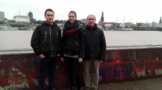 Kerstin Steinle mit ihren Trainern am Hamburger Hafen