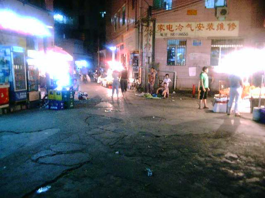 当時も「深センってきれいな街やね~」という人も多かったですが、メイン通りから一筋入るとこんな光景が普通でした。(2004年撮影)