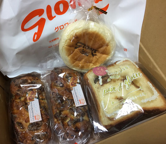 送られてきた沢山のパンの写真