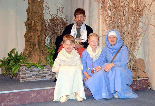 Die ganze Familie Moriße mit Vater Jürgen, Mutter Mechthild, Sohn Michael und Tochter Merle, steht bei den Lippetaler Passionsspielen auf der Bühne. © Bistum Münster