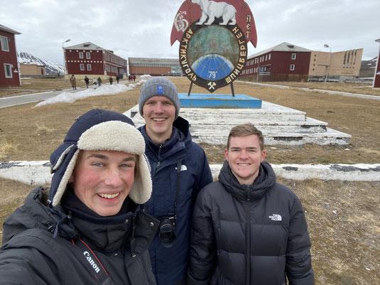 Jonas, Paul und Tim bei ihrer Abschlussreise in der ehemaligen Bergbausiedlung Pyramiden auf Spitzbergen