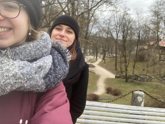 Julia und ihre Mitpraktikantin Isabell in Riga: Eine aufregende Zeit geht zu Ende.