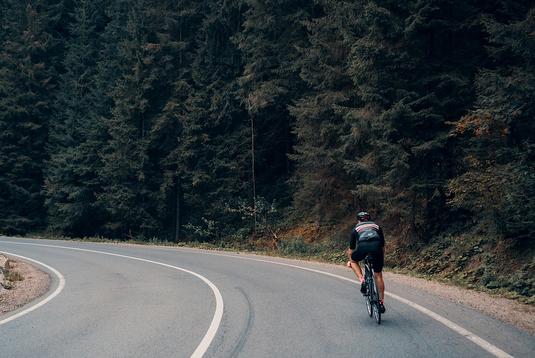 Rennradfahrer im schwarzen Trikot