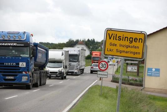 Viel Verkehr rollt durch den Inzigkofer Teilort Vilsingen. Aber die geplante Nordtrasse würde nicht alle entlasten. Bild: Schwäbische Zeitung (Archiv)