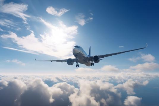 広げられた地図のうえ、海を渡るミニチュア飛行機のおもちゃ。