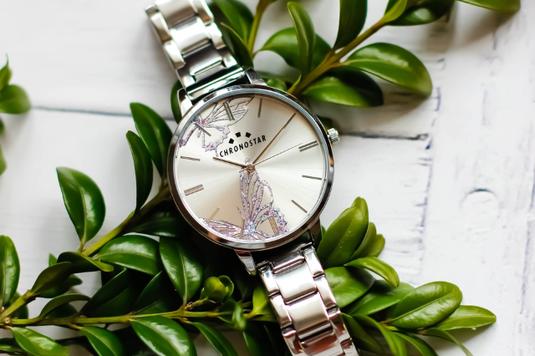ベビー服とおもちゃ、お椀とスプーン&フォーク。置時計。