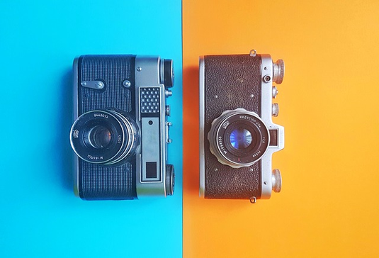 2種類のカメラ。スカイブルーとオレンジの2色の壁紙。