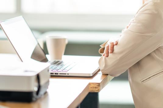 パソコンのキーボードとモンステラの葉っぱ。