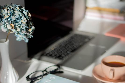 デスクに広げられたスケジュール帳とボールペン。眠気覚ましのブラックコーヒーが入ったマグカップ。朝の5時を指す置時計。