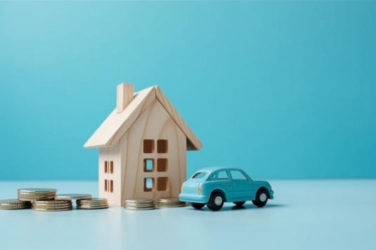 テーブルに置かれたグレージュの財布と小銭。家計負担。