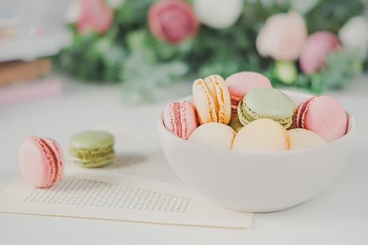 ピンクのバラ、スイトピー。スケッチブックに英語で「どのくらいの長さがいいの?」と書かれている。紅茶の入ったピンクのマグカップ。