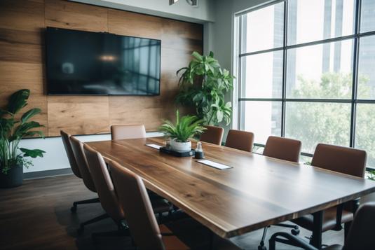 ピンクのメモパッドの上に置かれた目覚まし時計。ピンクのマスキングテープ。