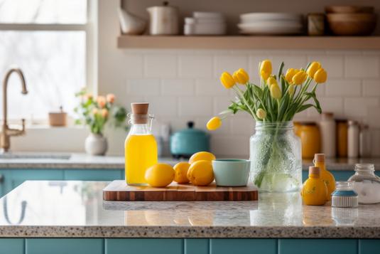 二人掛けのソファとクッション。ガラステーブルの上にアレンジメントの花びん。