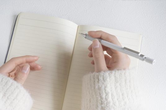 ベーカリーカフェでパスタランチをサーブする店員。エプロン姿。