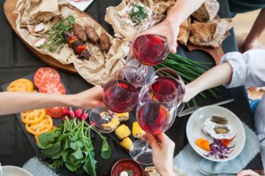 オードブルをテーブルに並べてワイングラスで乾杯。4人で赤ワイン。